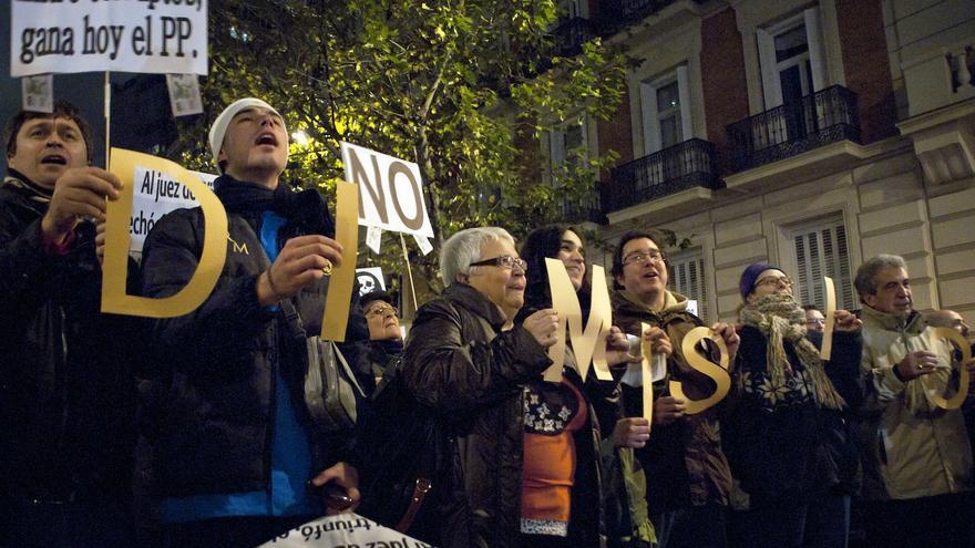 Un grupo de manifestantes ha compuesto con letras la frase RAJOY DIMISIÓN / Álvaro Minguito