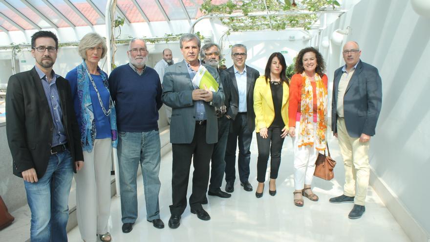 Miembros de las comisiones negociadoras de PSOE y PRC a la salida de la reunión.