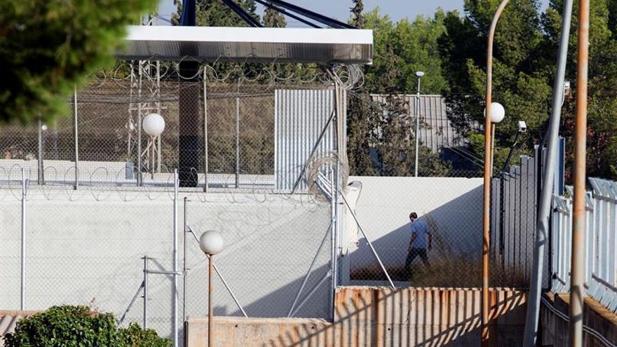 Se fugan 15 inmigrantes del CIE de Sangonera (Murcia) y un policía, herido
