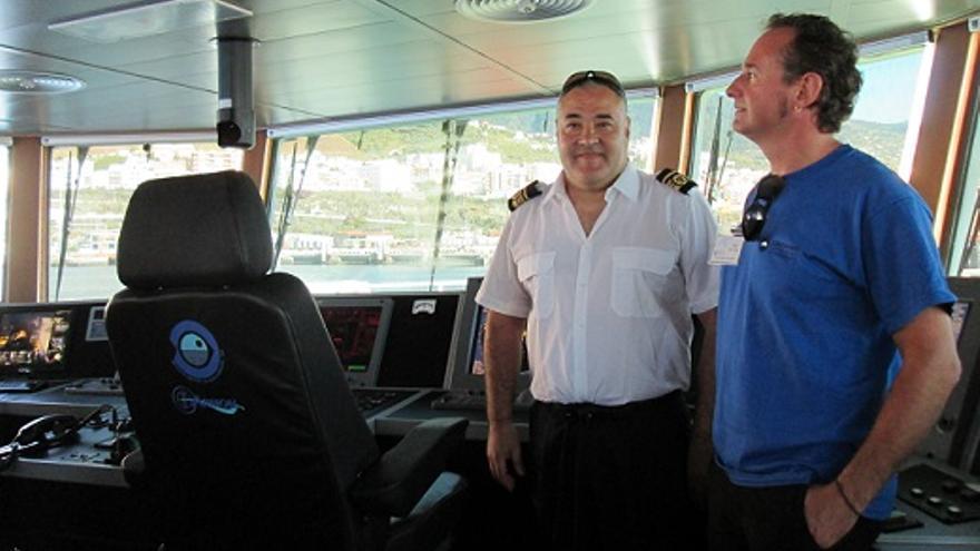 El capital del buque, Antonio Álvarez, y el jefe de campaña e instrumentación, Pablo Martín, en el puente de mando.