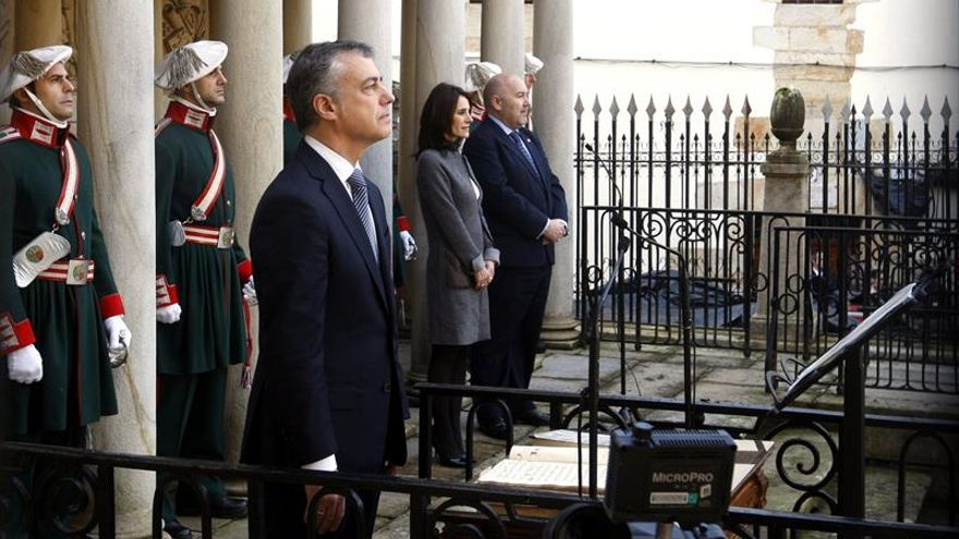 Urkullu jura como lehendakari acompañado por Sáenz de Santamaría y Puigdemont