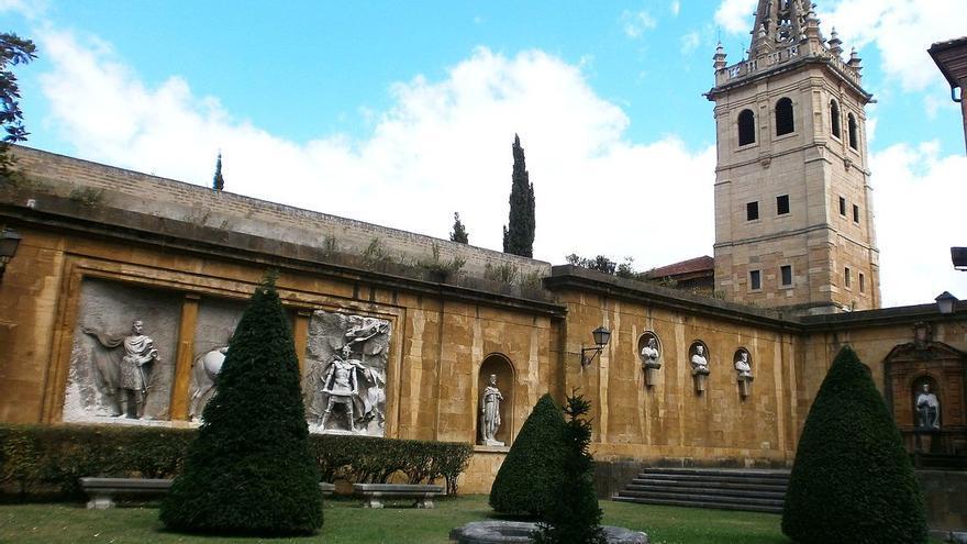 Conjunto escultórico del jardín de los Reyes Caudillos, ubicado en Oviedo