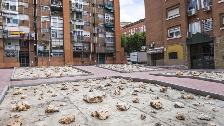 Un parque de piedras punzantes en Orcasur construido por decisión de la cooperativa de los vecinos de la plaza.