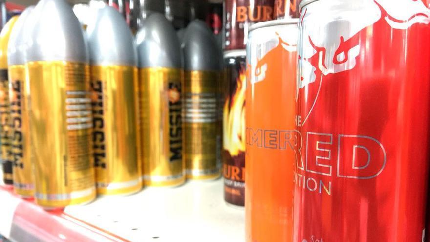 Bebidas energizantes en la estantería de un supermercado.