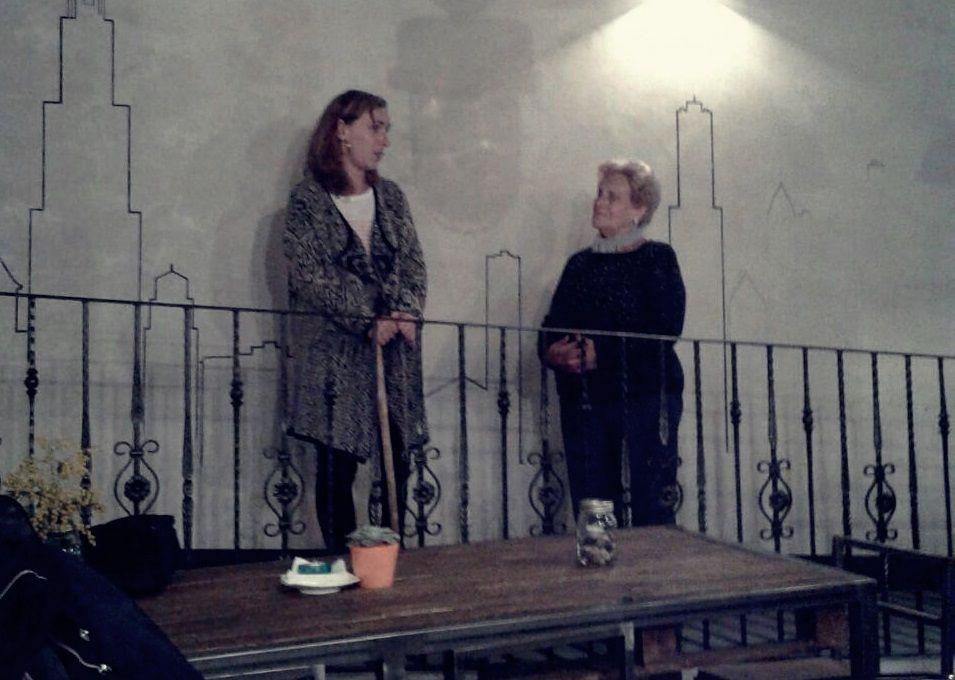 Entrega del bastón de mando a Lucía Lois (izda) de la abuela Maravillas (dcha)