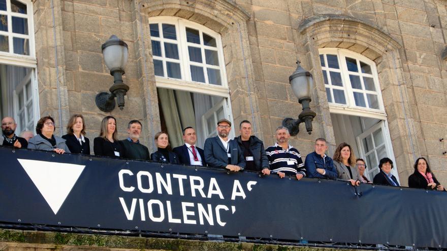 Alcaldes y alcaldesas de los ayuntamientos adheridos a la campaña, en los balcones del compostelano Pazo de Raxoi