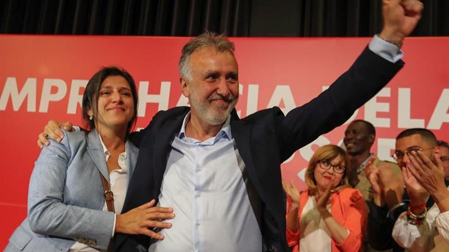 El candidato del PSOE, Ángel Víctor Torres, y su mujer Ivana celebran los resultados de las elecciones celebrada este domingo.