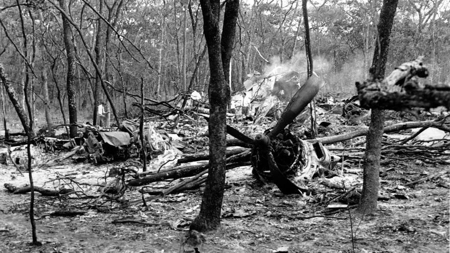 Fotografía de archivo del 19 de septiembre de 1961 en la que se puede ver a investigadores alrededor de los restos del  SE-BDY en un bosque cerca de Ndola, Zambia // AP