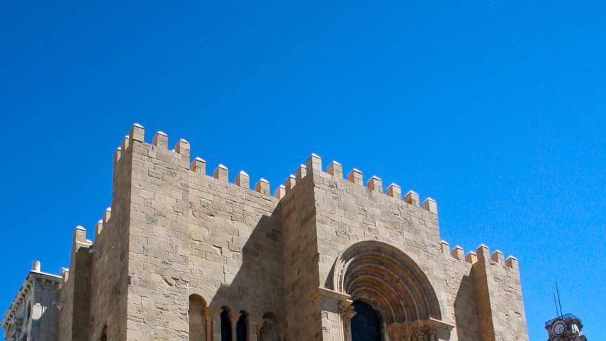 Fachada románica de la Sé Velha, catedral vieja de Coímbra.