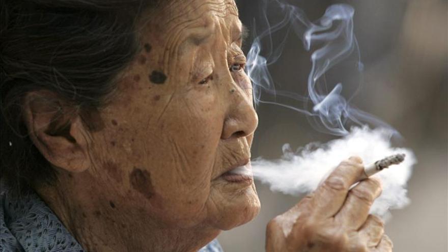 Pekín prohíbe fumar en espacios públicos cerrados desde junio de 2015