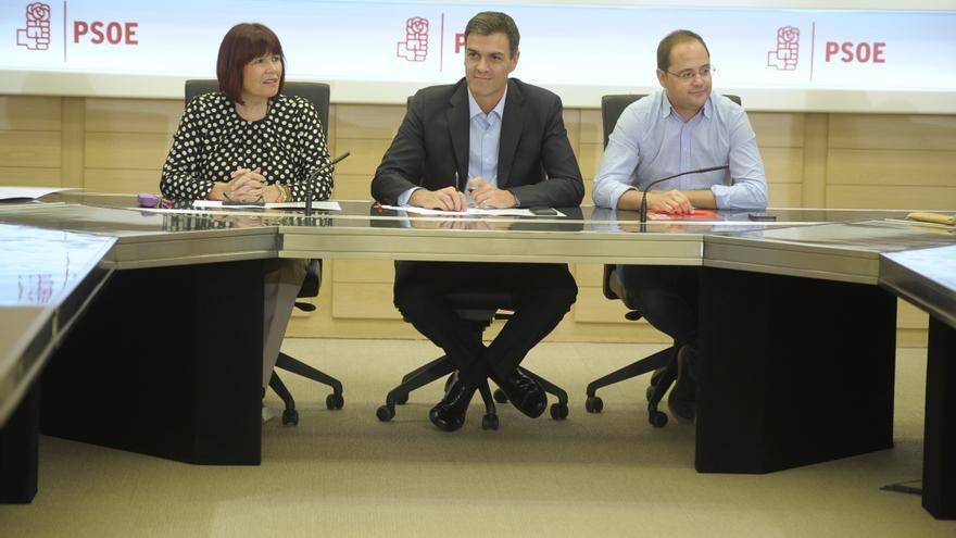 Pedro Sánchez junto a César Luena y Micaela Navarro. Foto: Borja Puig (PSOE.)