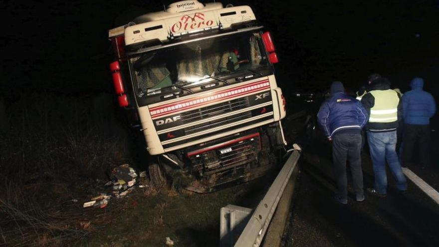 Fallece un conductor de camión tras salirse de la vía en la A-52 en Ourense