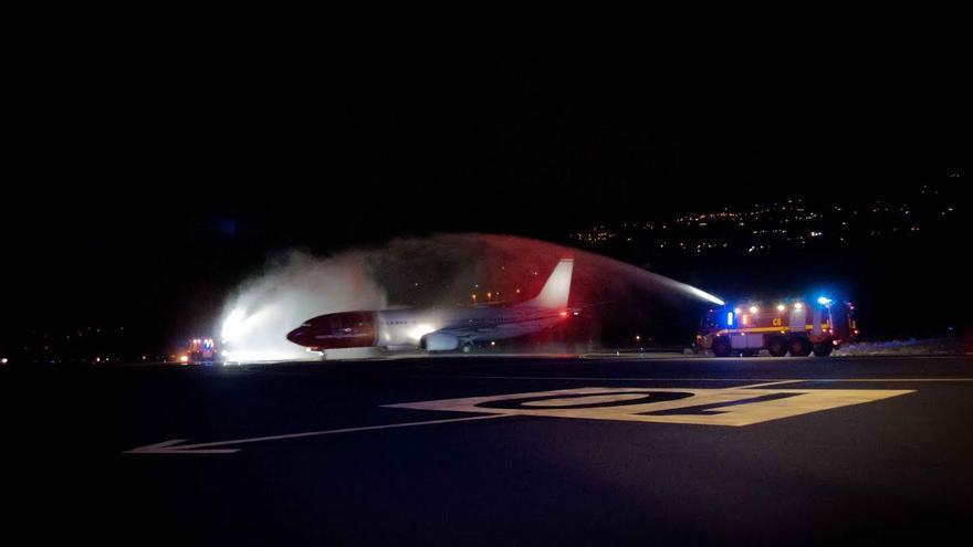 En la imagen, ceremonia de bienvenida del primer vuelo de la compañía Norwegian con Mazo, este sábado, con el tradicional arco de agua realizado por los bomberos del recinto.