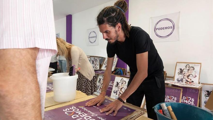 El cabeza de lista por Santa Cruz de Tenerife por Podemos, Alberto Rodríguez, prepara material electoral en la sede de su partido en Santa Cruz de Tenerife. EFE/Ramón de la Rocha