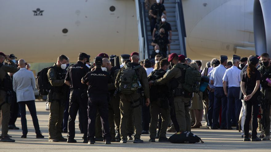Soldados bajan del avión a 27 de agosto de 2021, en Torrejón de Ardoz, Madrid (España)
