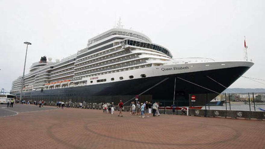 El 'Queen Elizabeth' en el puerto de La Luz.