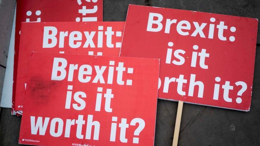 """Pancartas contra el Brexit (""""Brexit: ¿merece la pena?"""") de las concentraciones del martes ante el Parlamento."""