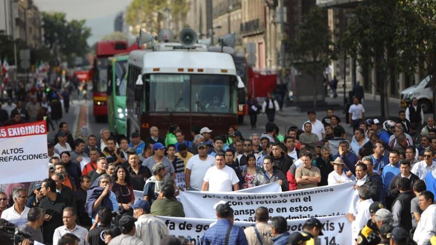 Transportistas exigen aumento de tarifa y provocan caos en Ciudad de México