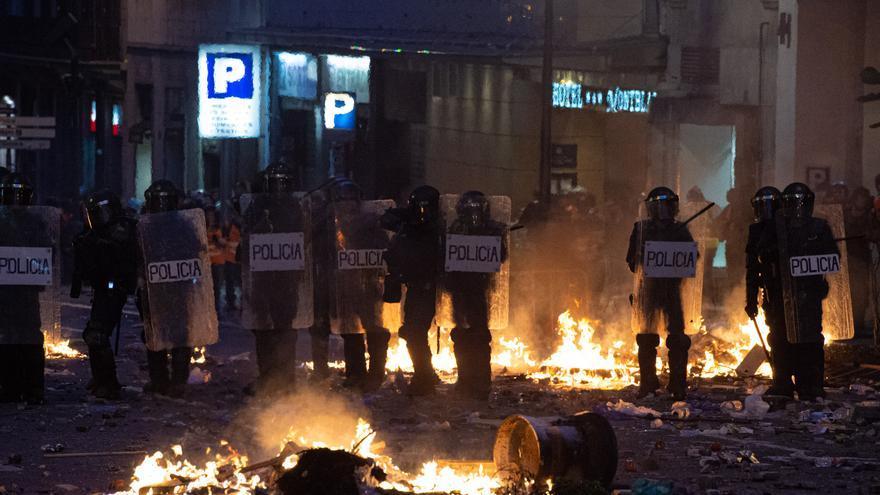 Archivo - Agentes de la Policía Nacional rodeados de hogueras durante los disturbios en la Plaza de Urquinaona, en Barcelona, en las protestas por la sentencia del 1-O