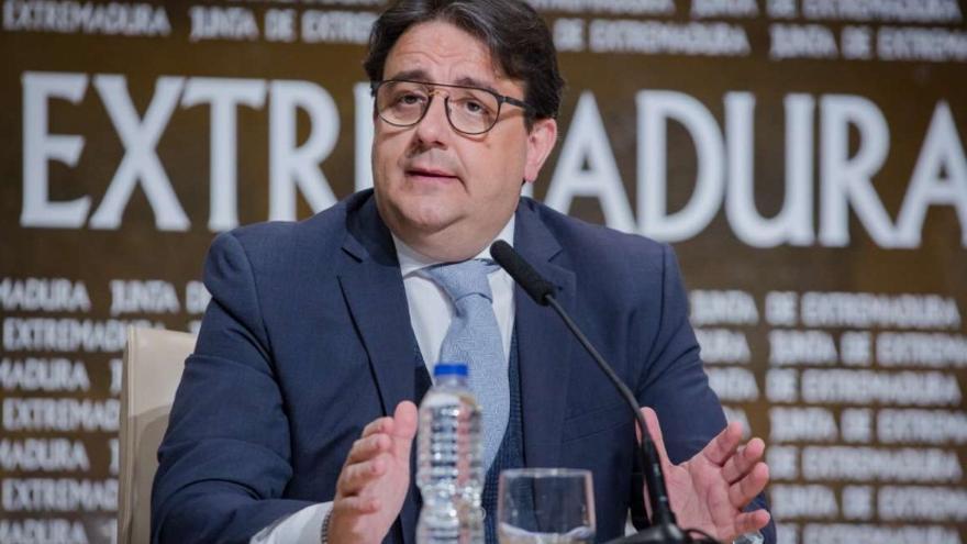 El vicepresidente segundo y consejero de Sanidad y Servicios Sociales, José María Vergeles, en rueda de prensa
