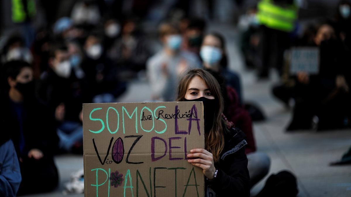 Decenas de personas se concentran para protestar por la crisis climática.