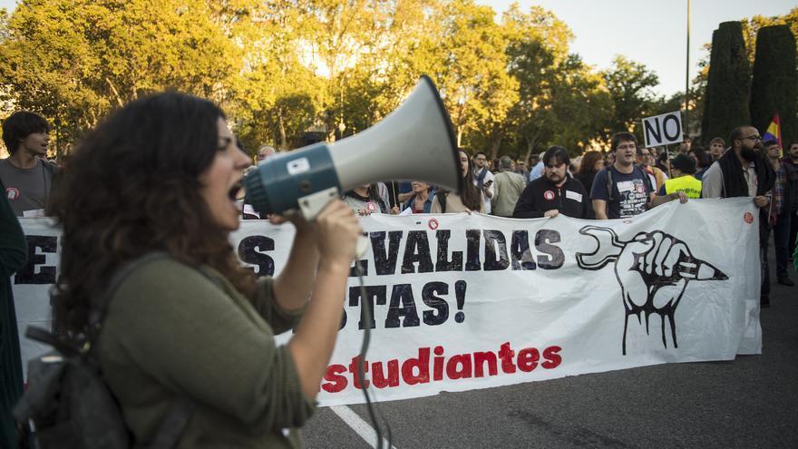 Manifestantes protestan contra las reválidas en Educación, durante la concentración previa a la investidura de Mariano Rajoy