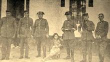 Guardias Civiles de Valderrobres tras la revolución, junto con una niña que resultó herida en el intento de asalto.