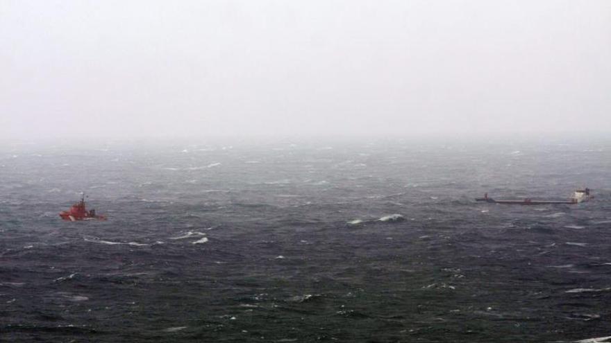 El carguero a la deriva está siendo remolcado hacia el puerto de A Coruña
