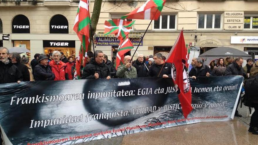 La Plataforma Vasca para a la Querella Argentina contra los Crímenes del Franquismo se ha manifestado en Vitoria.