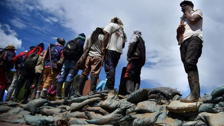 Los indígenas acuerdan con el Gobierno desbloquear una vía del suroeste de Colombia
