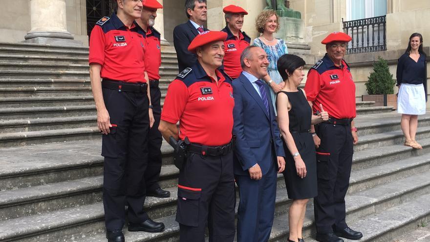 Dos de los tres agentes de Miñones galardonados, con la consejera de Seguridad, en la presentación de los nuevos uniformes