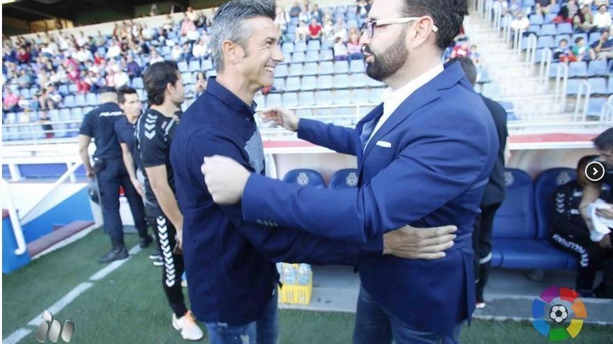 El entrenador del Tenerife, Pep Martí saludando al técnico del Alavés, José Bordalás. (LALIGA).