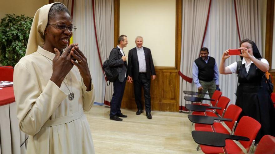 La monja togolesa Makamtine Lembo tras presentar su tesis.