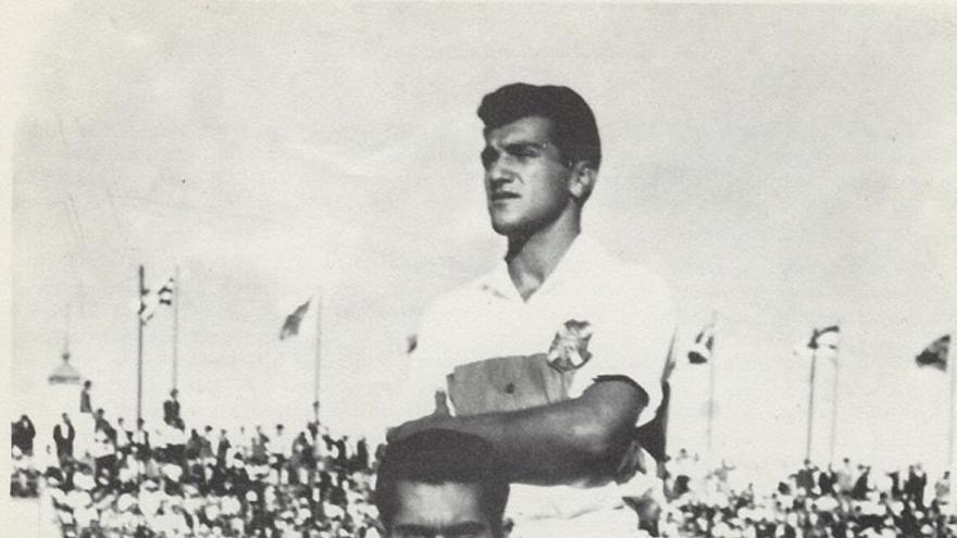 Colo, de pie, y Santos en una foto del CD Tenerife de comienzos de la década de los años 60 del siglo pasado.