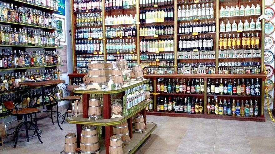 Estanterías del Armazém da Cachaça, dónde se puede comprar la famosa bebida brasileña.