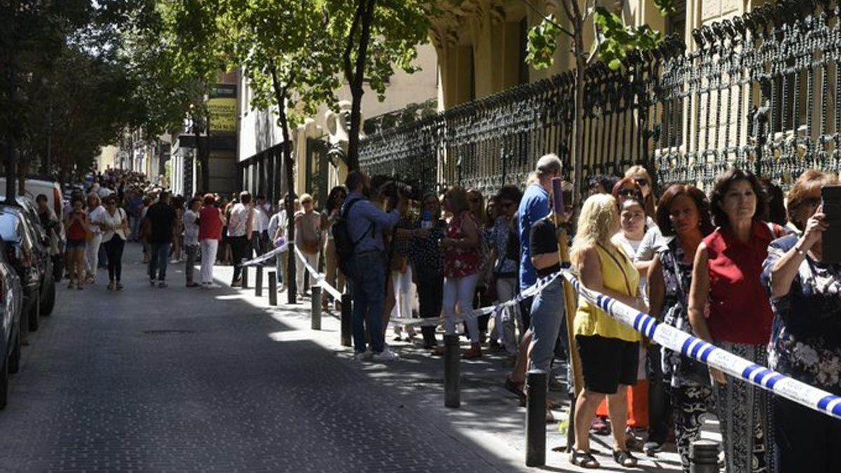 Multitudinaria cola en la calle Pelayo para despedir a Camilo Sesto | SGAE
