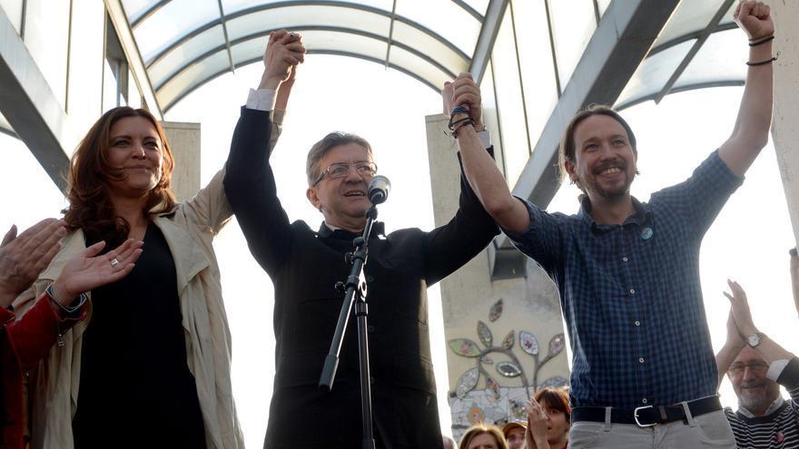 Pablo Iglesias, con Jean-Luc Mélenchon y la portuguesa Marisa Matias, en el cierre de campaña del candidato francés.