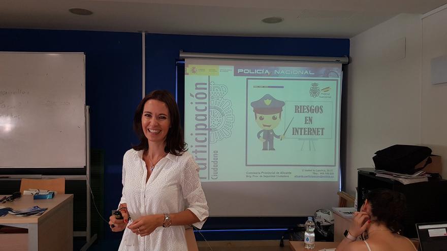 Foto de una charla de Marta Garcia publicada en el Twitter de la Plataforma para la Prevención del Sucidio y del Acoso de la Universidad de Alicante.