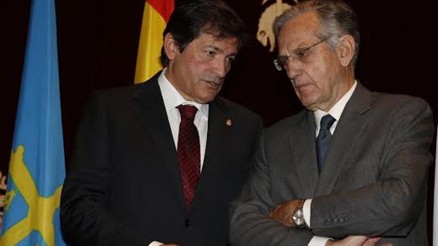 Javier Fernández (PSOE) conversa con Rafael Arias-Sagado, presidente de centros comerciales Carrefour