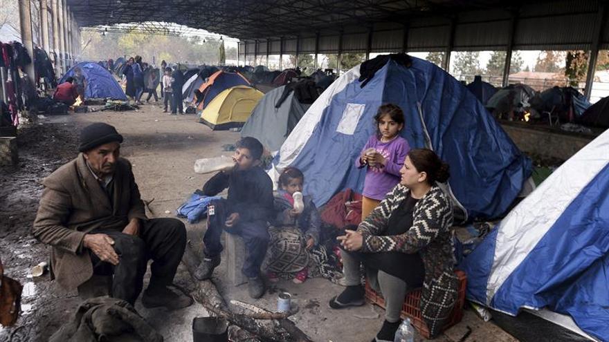 Una familia de refugiados al calor de la hoguera