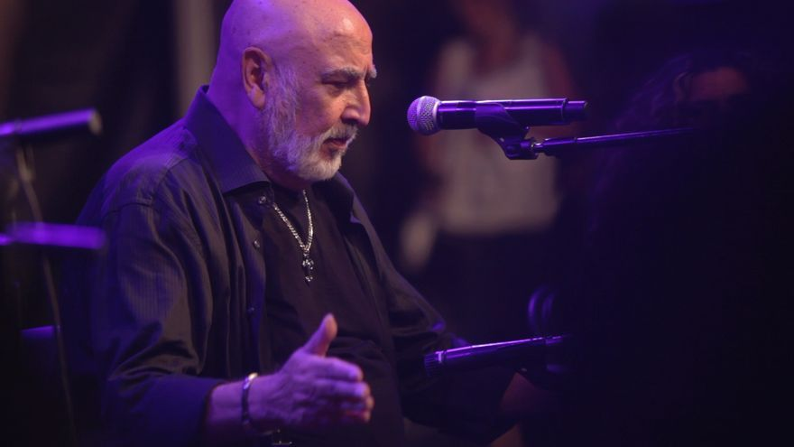 Peret durante un concierto en un fotograma del documental 'Cuchibiri, cuchibiri'