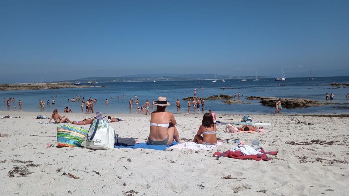Playa Area dos Cans en la Isla Ons el día que nos cruzamos con los adolescentes cuarentones