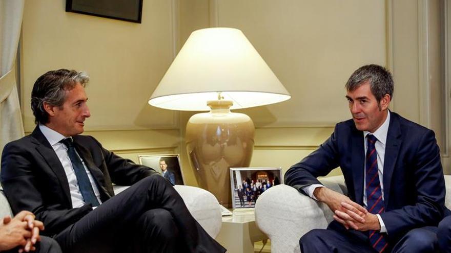 El presidente del Gobierno de Canarias, Fernando Clavijo (d), durante la reunión que ha mantenido hoy en Madrid con el ministro de Fomento, Íñigo de la Serna.