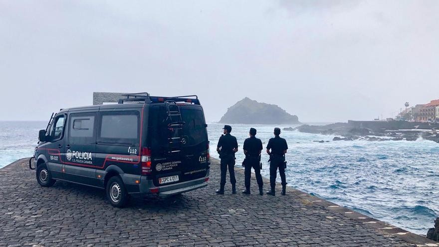 Agentes de la policía canaria vigilando las costas de Tenerife. (@CGPCanaria).