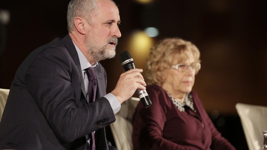 El coordinador general de la alcaldía, Luis Cueto, y la alcaldesa de Madrid, Manuela Carmena