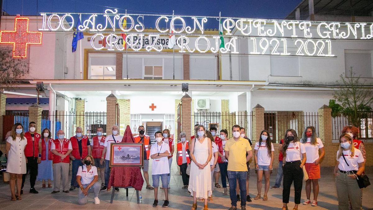 Cruz Roja estrena iluminación en Puente Genil para celebrar su centenario.