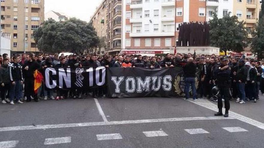 Aficionados del Valencia antes de dirigirse al campo del Levante tras las pancartas de la Curva Nord y Yomus.