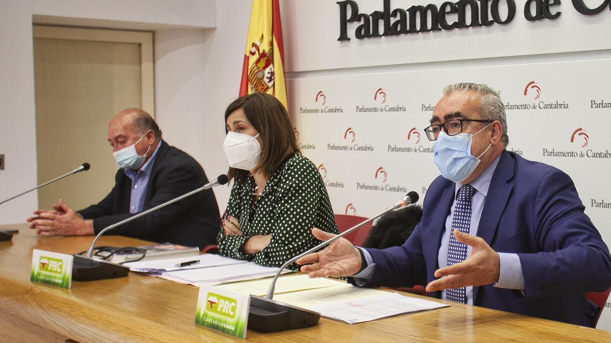 Pedro Hernando, Paula Fernández y Ángel Sáinz en una rueda de prensa en el Parlamento.
