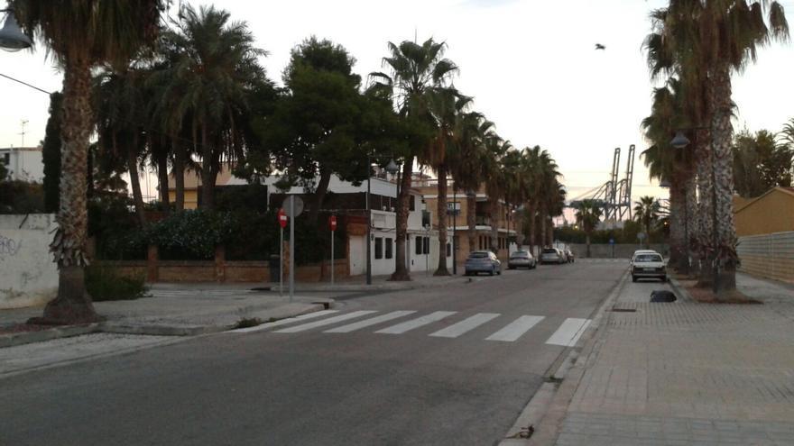 Calle de Francisco de Paula de Nazaret con la grúas del puerto al fondo