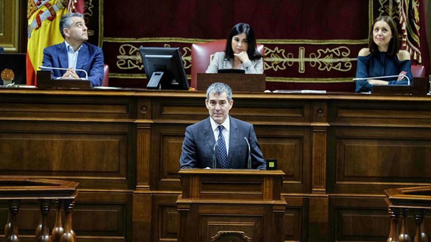 Fernando Clavijo, presidente del Gobierno de Canarias, compareciendo en el Parlamento